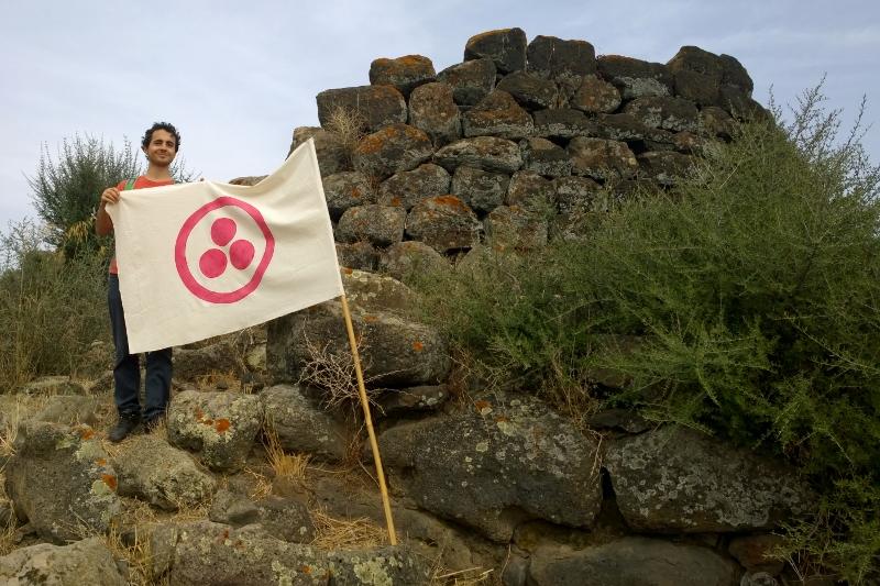 La Bandiera della pace di Nicholas Roerich sul nuraghe Santa Barbara